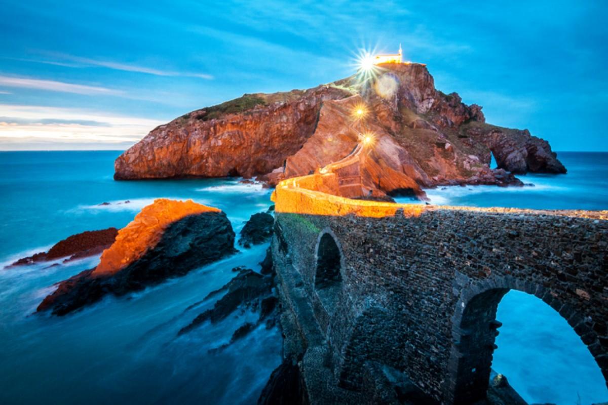 Einst Rückzugsort von Templern und Eremiten, darf die verwunschene Insel Gaztelugatxe in Staffel 7 als Kulisse herhalten.