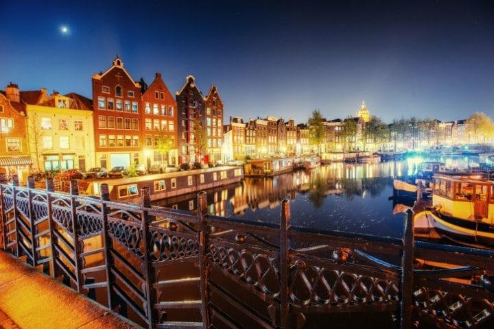 Der Amsterdamer Weihnachtsmarkt auf dem Albert Cuypmarkt ist der größte und beliebteste Weihnachtsmarkt in den Niederlanden.