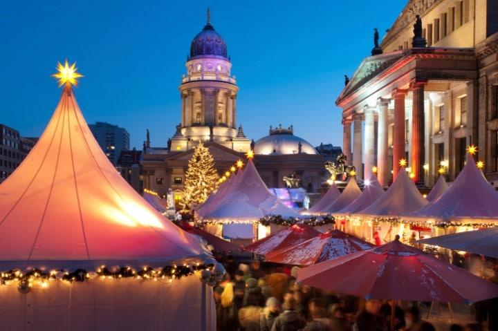 Der Besuch des Weihnachtsmarktes auf dem Gendarmenmarkt kostet zwar einen Euro Eintritt, der Erlös kommt aber regionalen Projekten zugute.