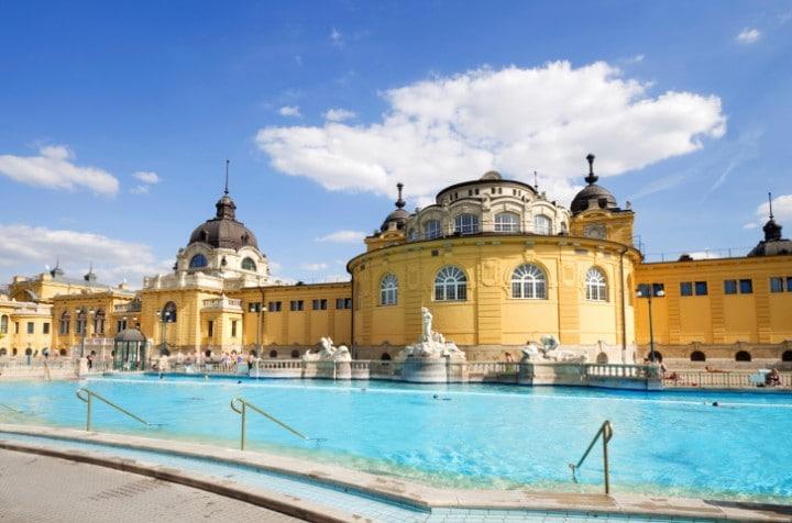 Das ehrwürdige Széchenyi Heilbad in Budapest verwöhnt Besucher seit 1913 mit mineralhaltigem Wasser und einer einzigartig mondänen Atmosphäre.
