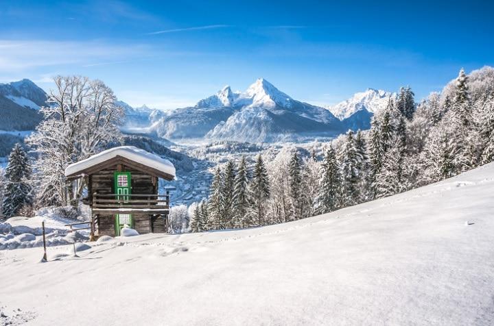Wer auf der Suche nach einer klassischen Almhütte ist, den zieht es nach Bayern. Aber auch im Norden & Osten Deutschlands warten zahlreiche Jagd- und Anglerhütten auf ruhebedürftige Ferienhaus-Urlauber.