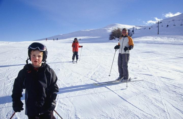 Obwohl die Eifel nicht das höchste Mittelgebirge in Deutschland ist, werfen die 7 Skigebiete genügend kurzweilige Abfahrten für einen preiswerten und entspannten Winterurlaub mit der Familie ab.