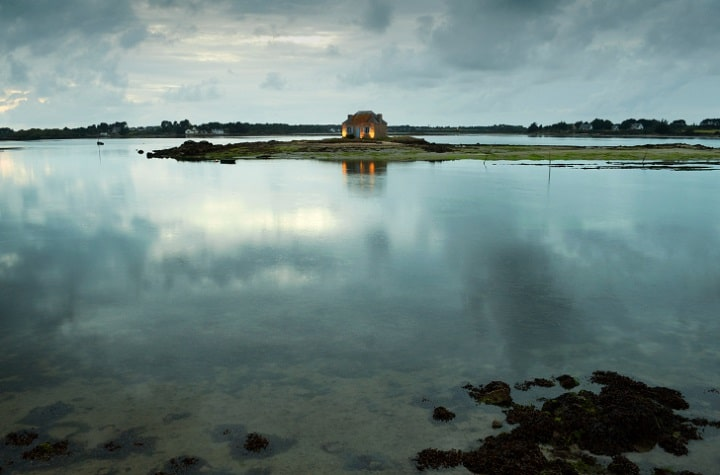 Wer Ruhe vom Alltagsstress sucht, findet in einer einsam gelegenen Hütte in der Bretagne reichlich Gelegenheit, die Seele baumeln zu lassen.