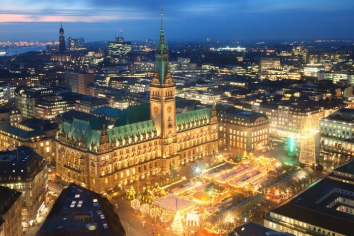 """Der historische Weihnachtsmarkt auf dem Hamburger Rathausmarkt findet unter dem Motto """"Kunst statt Kommerz"""" statt."""