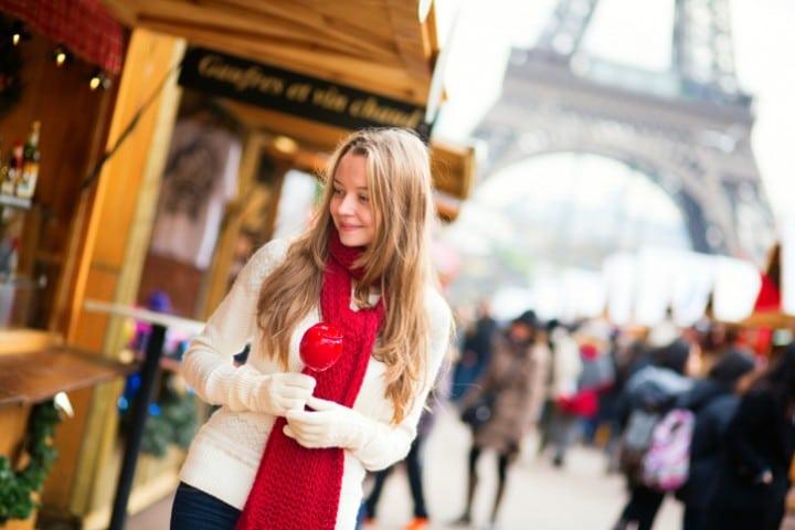 Der Weihnachtsmarkt auf dem Quay Branly zu den Füßen des Eiffelturms ist die perfekte Kulisse für eine romantische Städtereise im Winter.