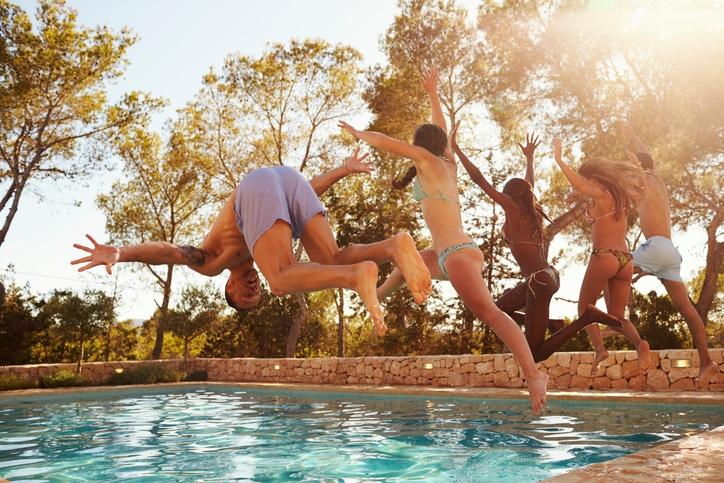 Freunde in Ferienhaus mit Pool
