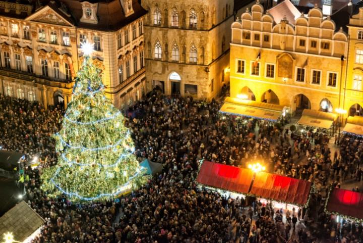 """Der feierlich geschmückte Weihnachtsbaum ist in Prag zur Adventszeit ebenso selbstverständlich wie der Filmklassiker """"Drei Haselnüsse für Aschenbrödel""""."""