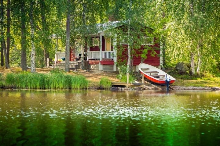 Die schwedischen Schärengärten bestehen aus abertausenden kleiner Inseln, die größtenteils unbewohnt oder mit kleinen aber feinen Ferienhäusern bestückt sind.