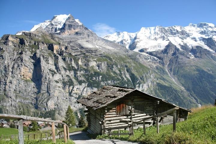 Ein Urlaub in der Schweiz muss nicht teuer sein. Wer sich für eine Selbstversorgerhütte entscheidet und von Gruppenangeboten Gebrauch macht, bekommt erstklassiges Alpenfeeling zu einem vernünftigen Preis.