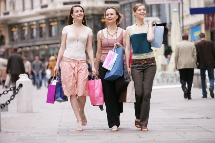 Familie auf Shoppingmeile