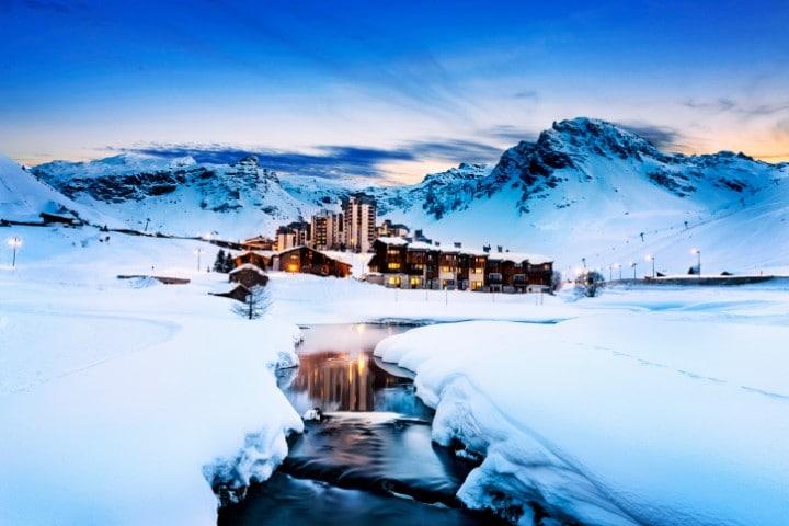 Auf knapp 2.000 Metern Höhe erwartet Tignes seine Besucher in einem malerischen Hochtal, das 1992 Austragungsort für den Freestyle-Skiing-Wettbewerb war.