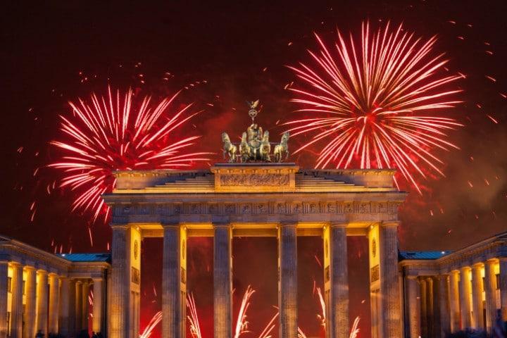 Bei der größten Silvesterparty Deutschlands am Brandenburger Tor feiern bis zu einer Million Besucher auf der zwei Kilometer langen Partymeile unter freiem Himmel.
