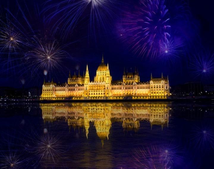 Das Feuerwerk über dem imposante neogotische Parlamentsgebäude von Budapest lässt sich von der Fischerabtei am gegenüberliegenden Ufer aus am besten beobachten.