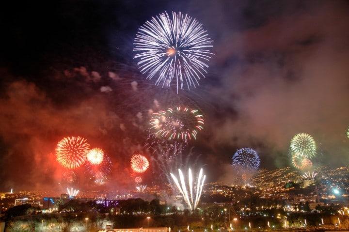 Das Silvesterfeuerwerk in der Hafenstadt Funchal auf Madeira gehört zu den aufwedigsten und spektakulärsten auf der ganzen Welt.