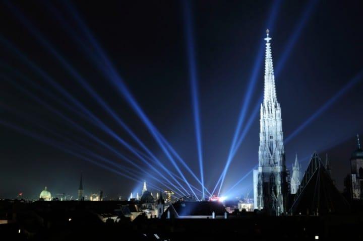 Wien empfängt seine Besucher zu Silvester mit 13 Bühnen an unterschiedlichen Standorten, auf denen ein erstklassiges Show-, Musik- und Unterhaltungsprogramm geboten wird.