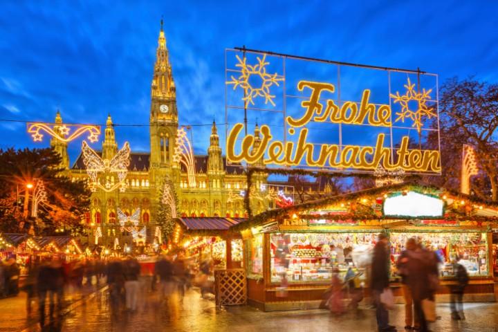 Der Wiener Adventszauber auf dem Rathausplatz ist während der Abendstunden besonders schön.