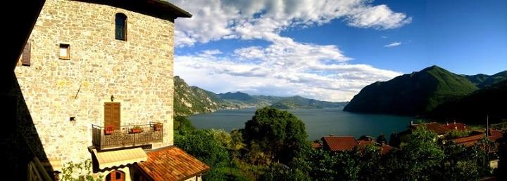 Das Chateau de Zorzino am Lago d'Iseo verfügt über vier moderne Appartements und verzaubert Ferienhaus-Urlauber mit einer traumhaften Aussicht auf die drei vorgelagerten Inseln.