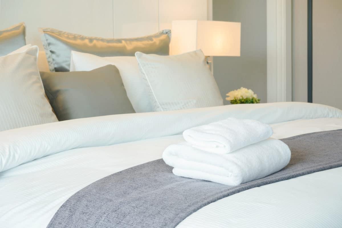 Nicht nur in Hotel, auch bei der Vermietung von privaten Ferienhäusern sollten Bettwäsche und Handtücher zum Service gehören.
