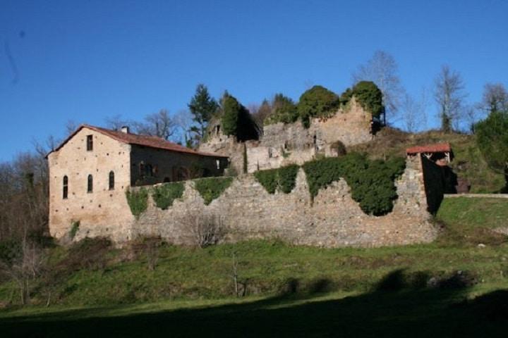 Die Katharerburg in den Pyrenäen empfängt Ferienhaus-Urlauber mit einem beheizten Pool, einem urigen Kaminzimmer, Himmelbetten und einer gemauerten Grotte.