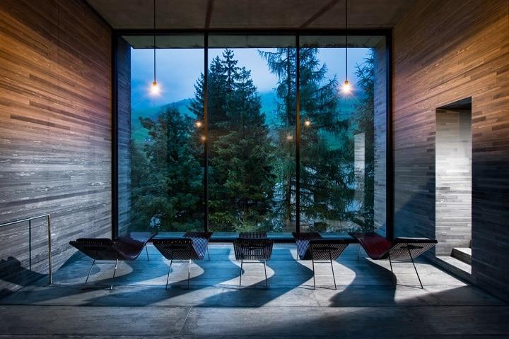 Die aus 60.000 Platten Valserquarzit erbaute Therme im Schweizer Kanton Graubünden ist ein architektonisches Meisterwerk.