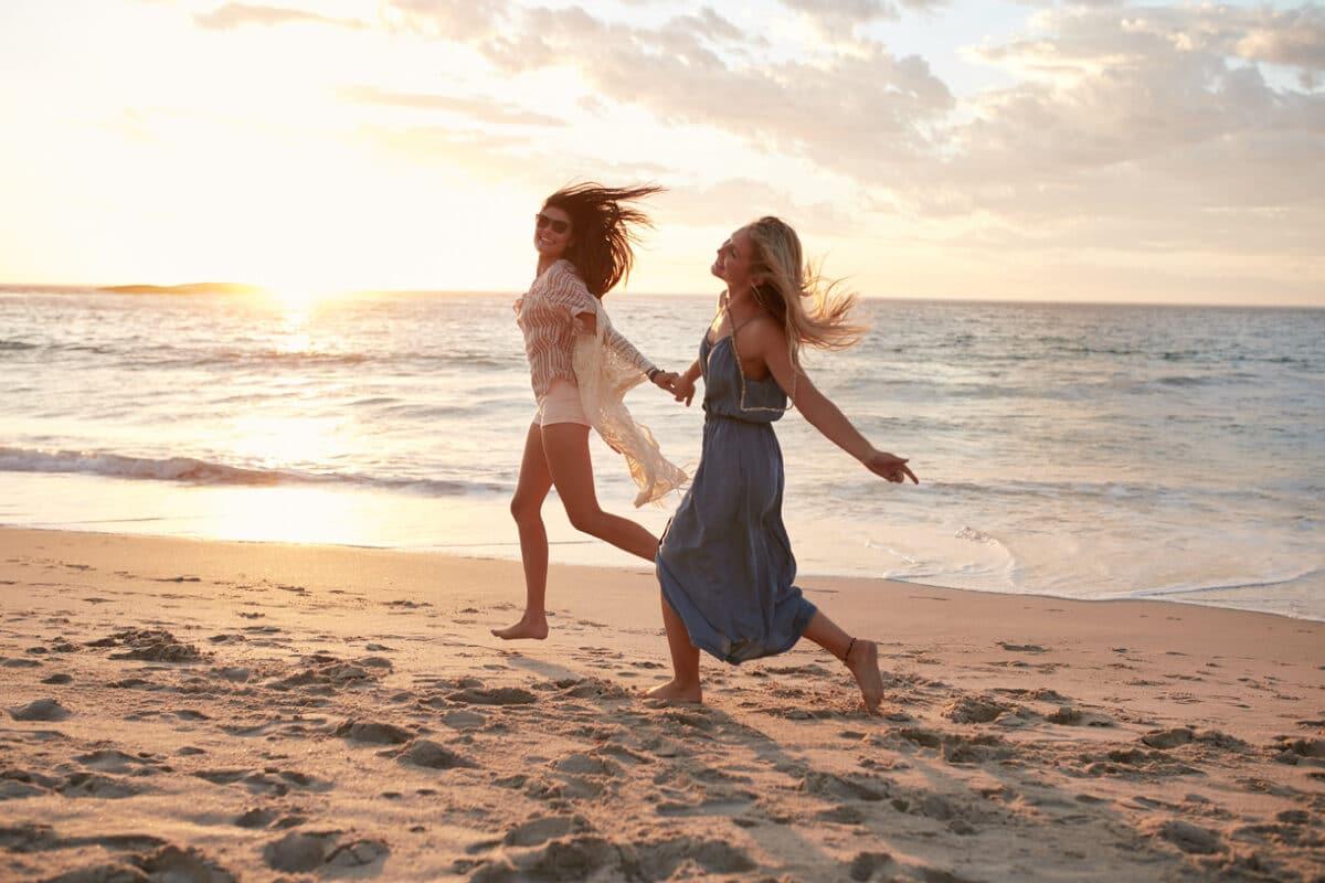 Fröhliche Frauen am Strand